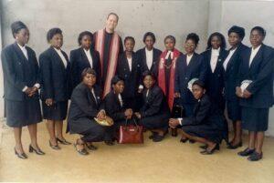 Met alle vrouwelijke studenten van PTS in 2002